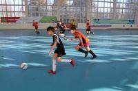 В мини-футбол играют школьники!